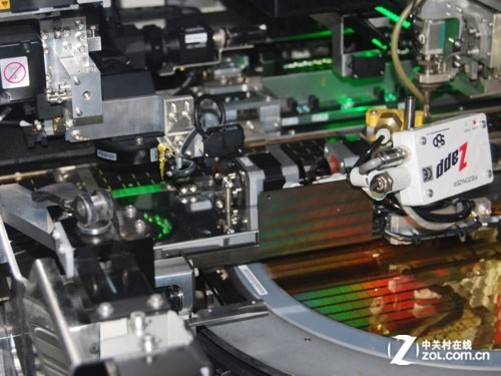 通过机器把整个晶圆里面的晶片全部切开,再通过机器手自动提取.