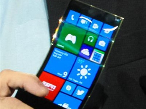 不怕被坐弯!三星展出WP8柔性OLED屏手机