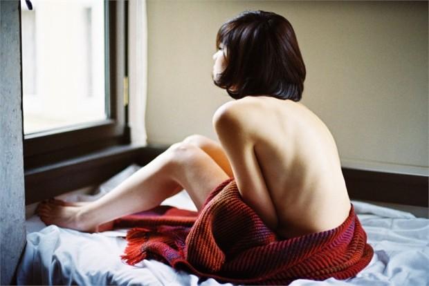 摄影师Can Dagarslani的照片体现了浓重的女性色彩,却与性感毫无关联。事实上,摄影师恰恰将焦距对准了自我放纵时刻的女性角色。唯美柔和的灯光、休闲暴露的着装给观众们或多或少留下了遐想的空间。摄影作品的整体效果不会让观众感到拘束。不过,摄影师表示,这组照片的主题也许含糊不清,但是他希望观众可以通过观赏照片联想到自己最重要的某人,也可以希望某人成为自己最重要的存在。
