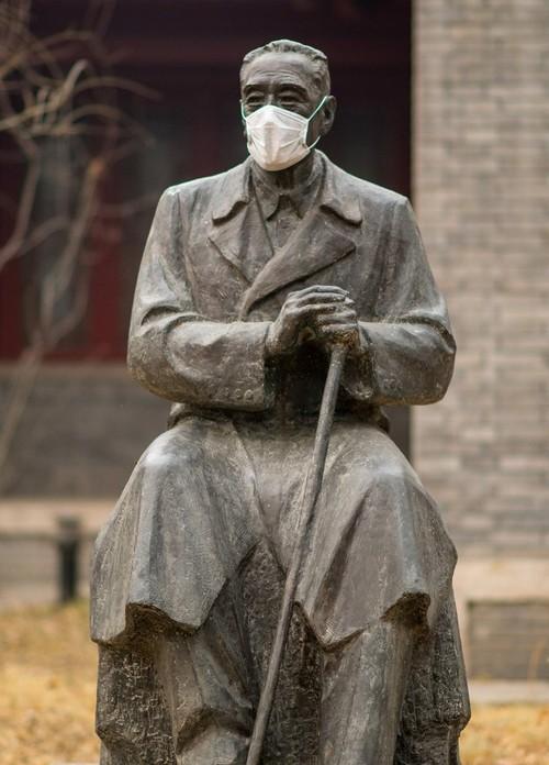 北京大学名人雕塑被戴口罩-中关村在线