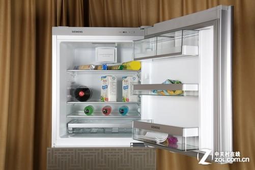 冰箱的上部为冷藏室,采用了动态冷却技术,当冷藏室门关闭时,动态冷却风扇会自动运行,驱动冷藏室内部的冷气循环流动,让温度环境更加均匀稳定。结构方面,冷藏室拥有133L的使用容积,由可移动的钢化玻璃搁架和多功能抽屉构成,整体的结构设计科学合理,用户可随心调节内部结构,优化冷藏室使用空间。