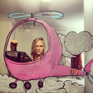 美丽创意结合 萌妹子镜子绘画自拍欣赏-中关村在线