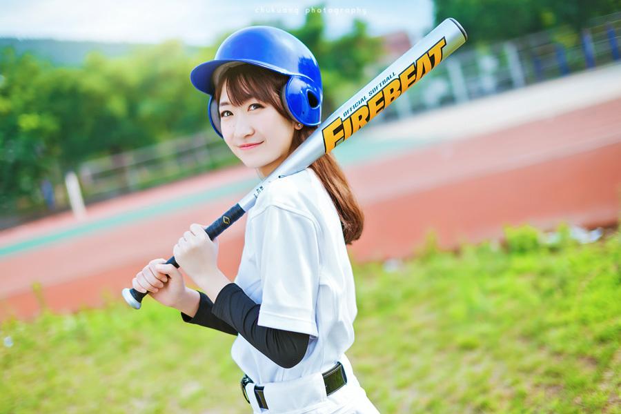 长发校服棒球帽 草地上纯情美女出镜