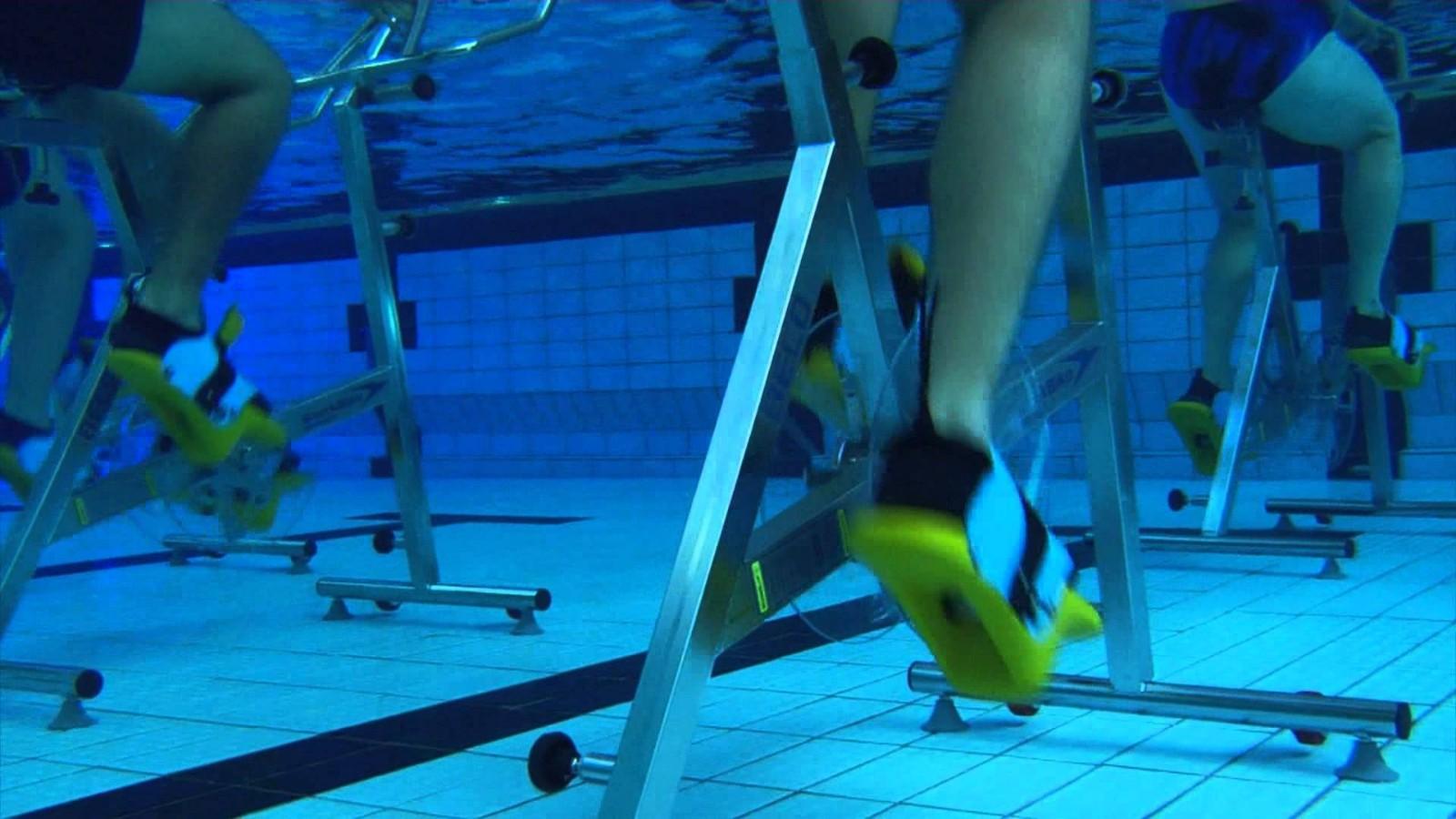 【高清图】如此性感!看美女集体训练水下动感单车 第7