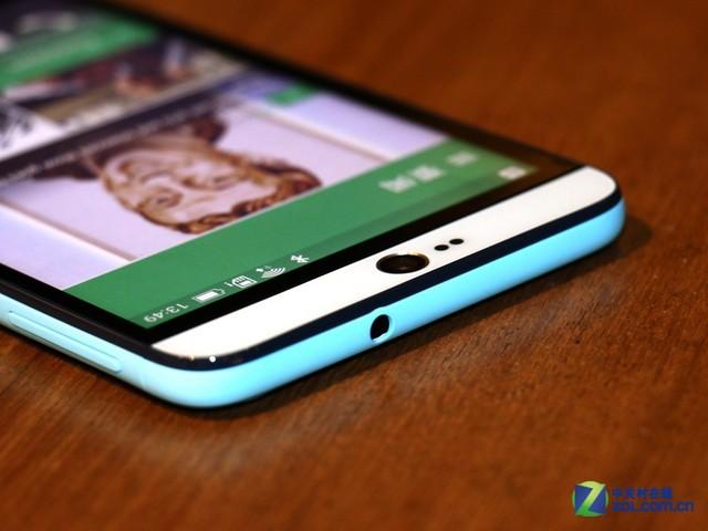 HTC Desire 826的耳机孔位于顶部,不同配色的HTC Desire 826在边框、后壳方面都有不同的色彩处理,同时材质手感也会有所不同。