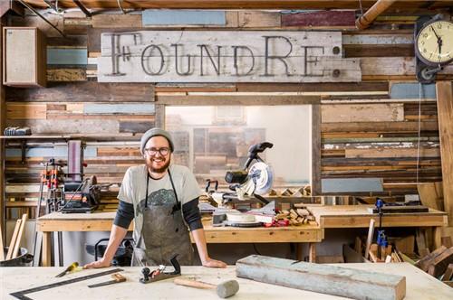 回收废旧木材,制成各种家具和工艺品.