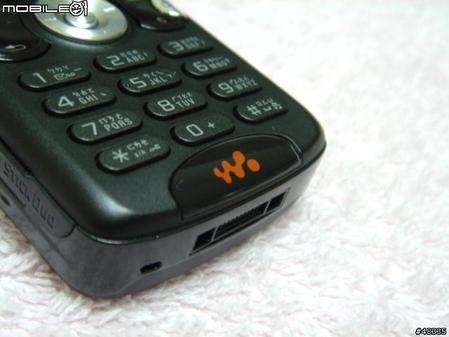 图为索尼爱立信公司的新款音乐手机W810c