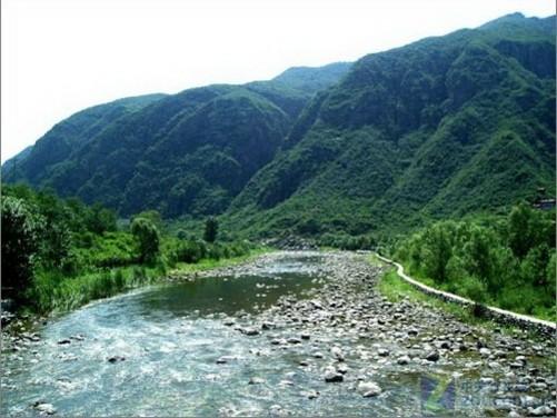 它是我国北方罕见的自然风景区之一,以谷深,石奇,水特,花异而著称.