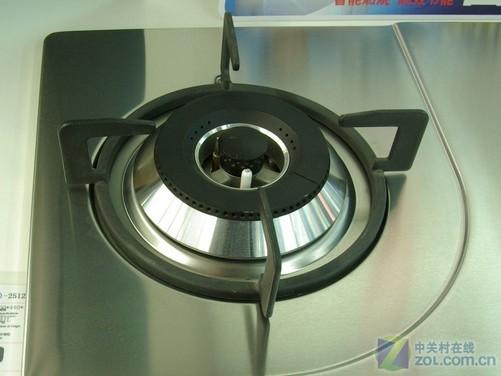 德意燃气灶JZY(T.R)-2512采用一体式的油膜拉丝不锈钢面板,光泽度高,手感细腻,表面的油膜可以防止油污附着、渗透,便于清洁。180度折边,安全防划手。旋钮采用锌合金材质,不易老化、耐腐蚀,手感好。炉头与面板凹槽气质相承,独成一派。