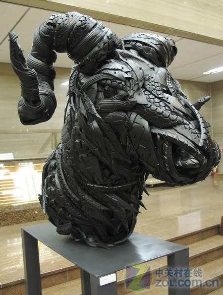 变废为宝 废轮胎变雕塑酷似暗黑人物