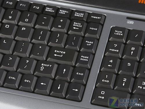 套装鼠标正面采用了灰色的高光材质,一体化按键设计,整体符合人体工
