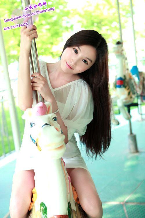 小龙女性感长腿骑木马 白裙飘飘魅惑众生