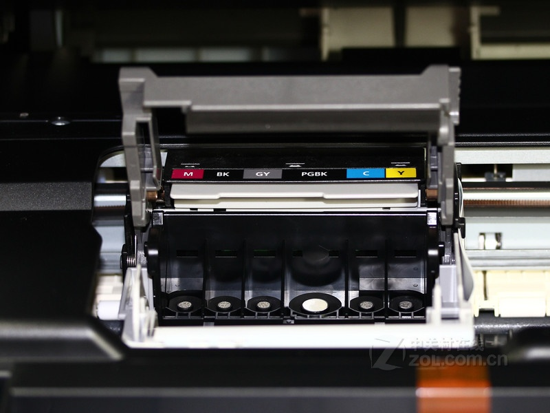 缺点: 我就是购买使用者 佳能MG6180 机器 缺点1、自动清洗超级浪费墨(打印停止35秒就自动清洗一次墨水)。 缺点2、自身光盘设计功能少,不能兼容Nero所制的光盘模版图打印。 缺点3、装新墨合是100%要漏掉一些墨盒中的墨水。 缺点4、没有关闭灰色墨水使用功能,为何要这样说,是因有时彩色稿无需灰色情况下。 缺点5、一体机自动扫描保存硬盘时无对WIN2003系统支持。 缺点6、原装墨水价格过高,小业主成本高于利润,一般家庭是只能成为装饰品。.