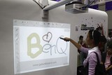 明基展示支持隔空书写的投影机产品。