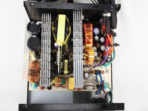 在电源底部采用12cm的散热风扇,以较低的转速对内部元件进行直吹,并且