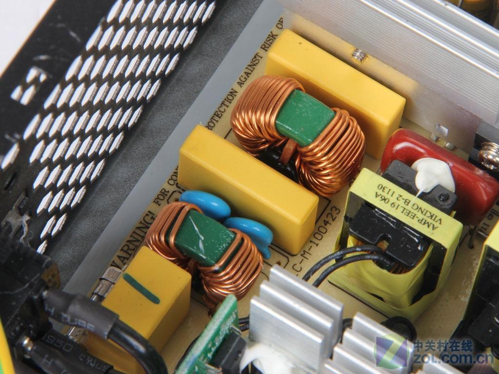 振华电源在DIY电源中主打高端产品。在2011年主打金牌电源的振华也推出了使用LLC谐振方案低瓦数电源,在雪蝶500W电源推出后又出推出了雪蝶450W电源。这两款电源的设计几乎相同,低瓦数的电源也可以很好的贴近入门级玩家。下面我们来看看这款振华雪蝶450W电源。 作者:司宇 2012-02-08 05:03