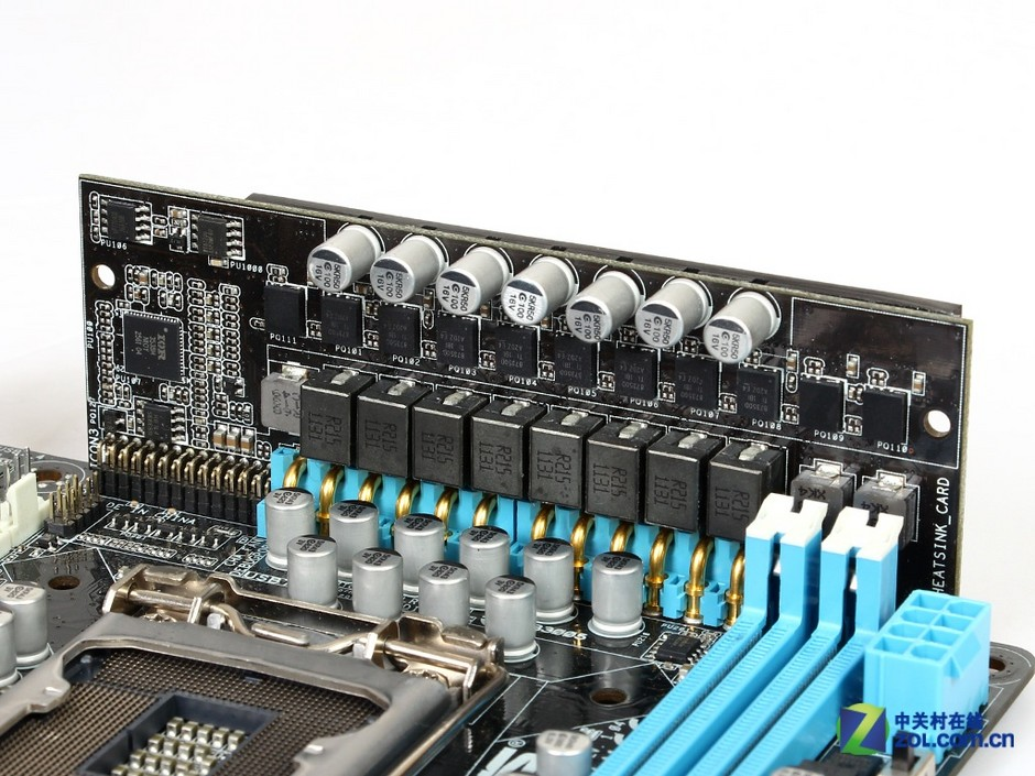 ITX主板由于有限的板型,使得在设计上会受到很多限制,较少的功能以及较为简单的设计都让许多高端玩家敬而远之。但是这样的状况即将得到改变。华硕推出了一款旗舰级的ITX小板P8Z77-I Deluxe,立式供电模块的设计颠覆了主板设计的传统模式。这也是笔者见到功能最全的主板之一,WiFi、TPU、MemOK!,华硕的传统特色在这款主板上都可以看到。就是这样一款旗舰级主板,实际售价其实并不夸张,如果你喜欢小型高性能平台的话,这款主板绝对是你的最佳选择。 作者:宋扬 2012-08-20 05:50
