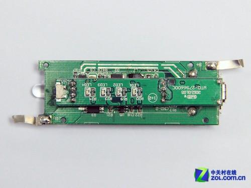 分别为下方的稳压,升压及保护电路和上方较小的主控芯片,电量显示及