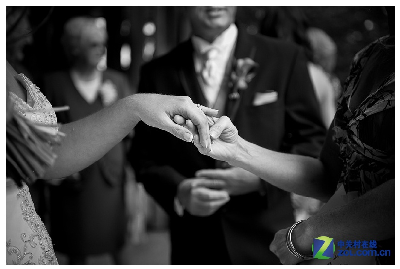 /slide/327/3279758_1.html dcdv.zol.com.cn true 中关村在线 http://dcdv.zol.com.cn/327/3279758.html report 350 结婚这个词,总是能让人联想到种种煽情的画面。求婚、订亲、婚礼、仪式、蜜月...整个过程都被浓浓的爱填满。越来越多的80后甚至90后都即将步入爱的殿堂,时下正在流行的,除了例行公事的婚纱照之外,婚礼纪实摄影也备受宠爱。因为,它所记录的,是那些稍纵即逝的珍贵.