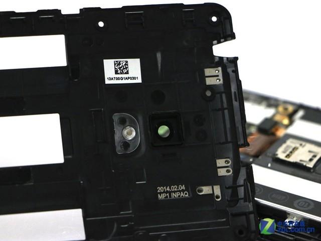 """它的后置保护罩很简单,并且采用的是塑料材质,可以看到""""2014 02 04 """"字样,这似乎是手机这款产品的出厂日期。"""