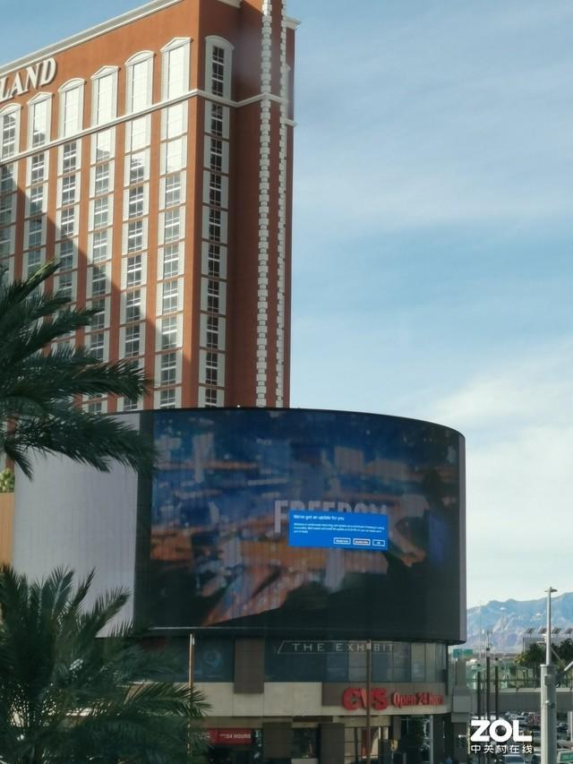 特尴尬 广告大屏显示Windows 10更新窗口